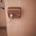Sèche-main électrique dans les toilettes